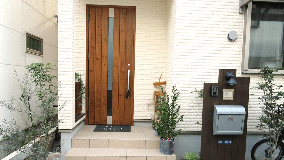 玄関ポストや表札や玄関のドアにもおしゃれなデザインなものにこだわりました。 今は観葉植物も飾ってさらにおしゃれにしています。 お気に入りな玄関です!